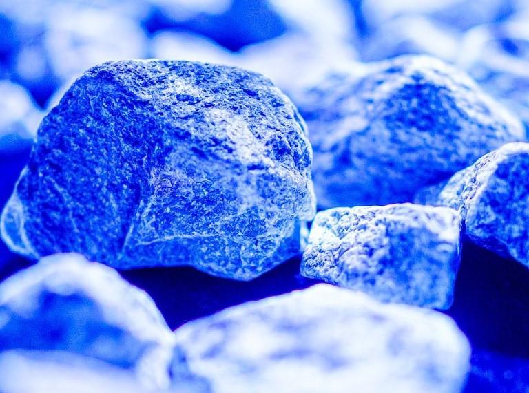 De fluorescerende stenen van het kunstwerk Levenslicht.