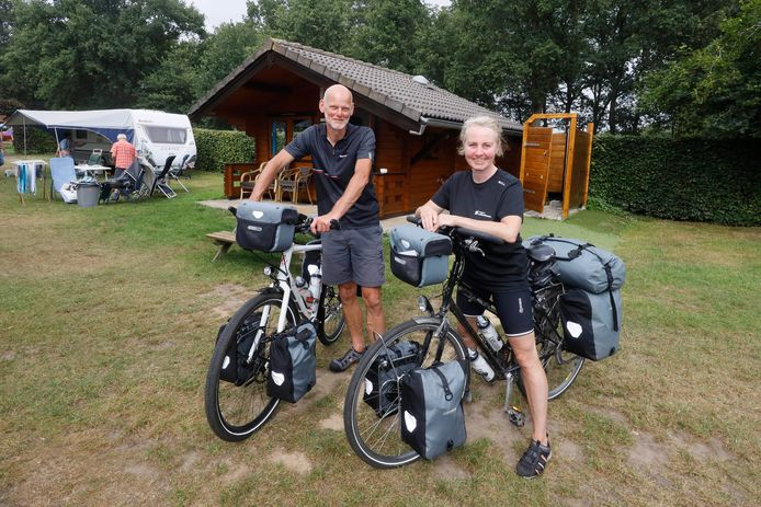 Janina Geertsma en Rutmer de Jong uit het Friese Nijbeets trekken deze zomer op de fiets Nederland rond en overnachten in trekkershutten.