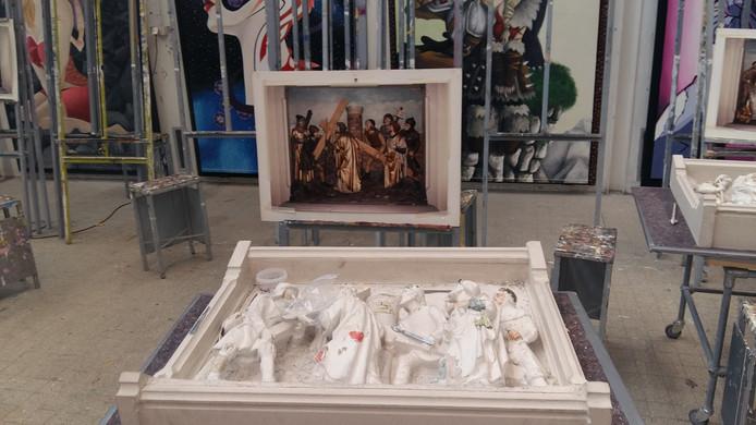 Studenten van vakschool Nimeto in Utrecht hebben foto's die zijn gevonden in de rooms-katholieke kerk in Haarsteeg als voorbeeld bij hun restauratiewerkzaamheden aan de kruiswegstatiën uit die kerk.