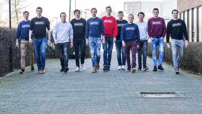 Alle toekomstige meesters uit de klas van Jeroen Zwagerman met de MEESTER.-trui aan.