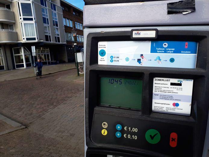 De automaat Zomerlust op het Veerplein in Zwijndrecht vermeldt een tarief van een euro, maar rekent het dubbele.