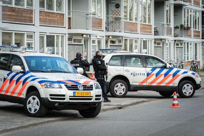 Politiemannen met zware wapens houden de wacht.