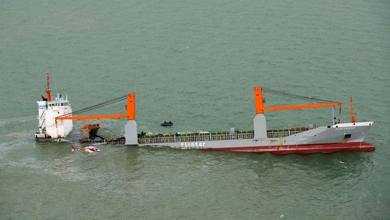 Het gezonken vrachtschip Flinterstar. Vorige week dinsdag zonk de boot na een aanvaring met een gastanker. Beeld ANP