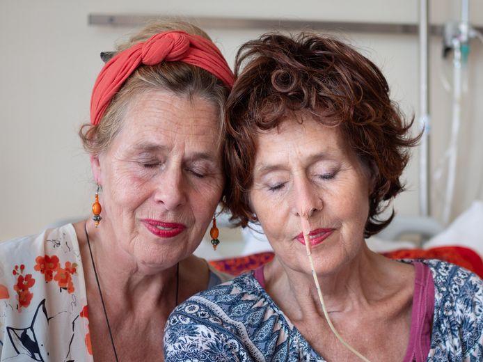 Jessica Heijkoop (links) en haar tweelingzus Justia. ,,De band tussen tweelingen is zelfs sterker dan die tussen geliefden of tussen moeder en kind. Ik voelde haar pijn.''