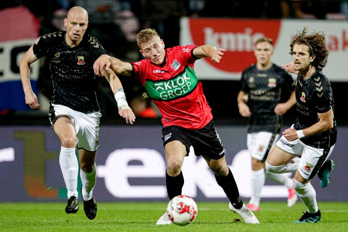 Elmo Lieftink namens of Go Ahead Eagles in duel met Zian Flemming van NEC.