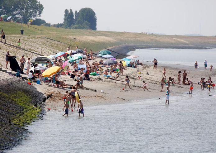 Bij vloed is het altijd nogal dringen op het strand bij Perkpolder