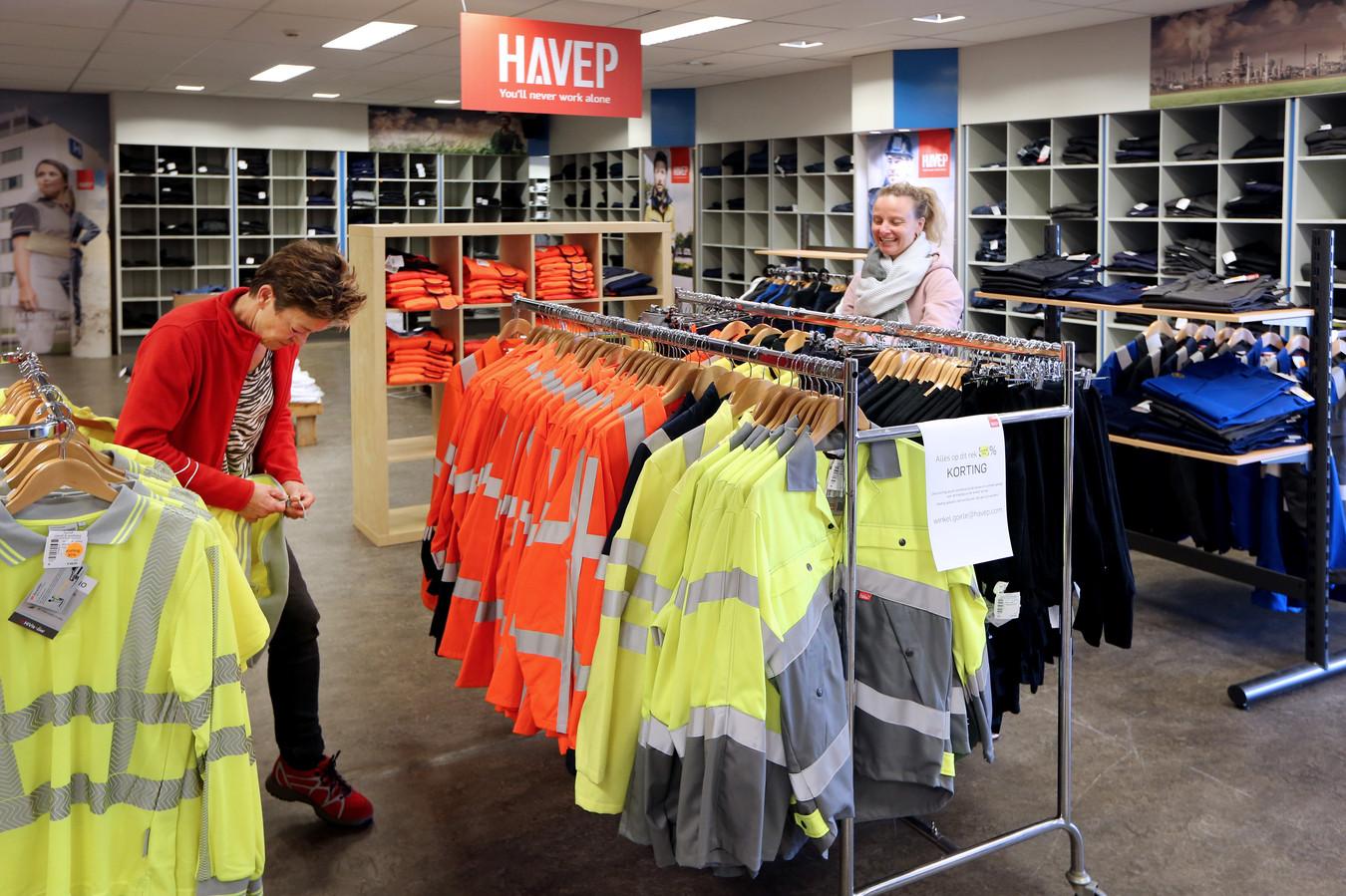 José van Amelsfoort (L) en Marjo Kortekaas willen de hele winkel leeg verkopen voor ze het licht uitdoen.