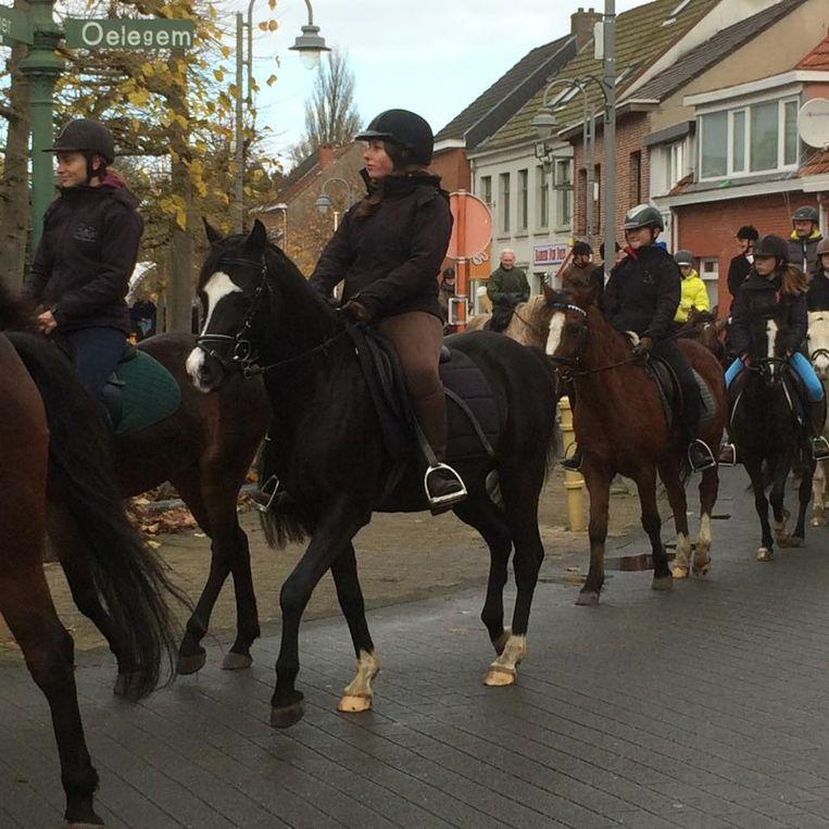 De stoet van paarden tijdens de Sint-Elooiviering in Millegem.