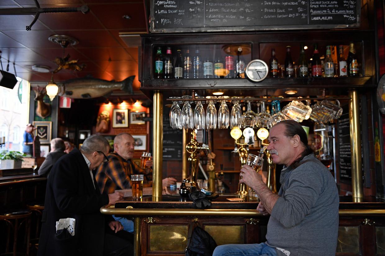 Een pintje drinken op café, in Zweden kan het nog. Beeld EPA