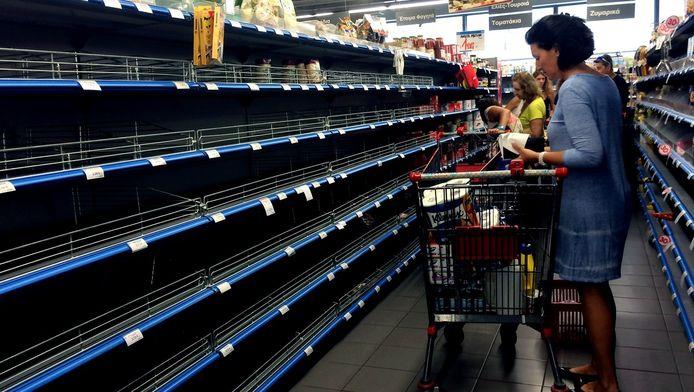 Een supermarkt in Athene op zaterdag