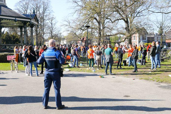 Op Koningsdag spraken gemeentelijke handhavers mensen in het Oranjepark aan, toen het daar veel te druk werd.