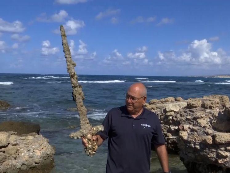 Amateurduiker vist 900 jaar oud zwaard uit het water