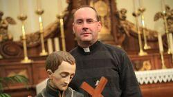 In de parochie was hij pastoor Alain, op datingsite voor homo's was hij Stef