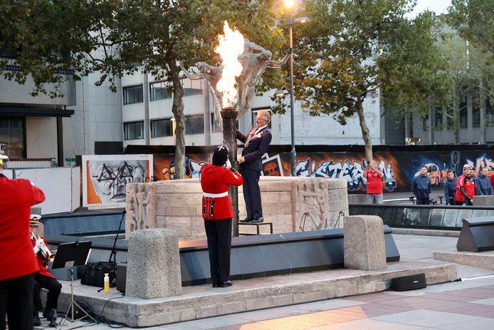 Burgemeester Jorritsma ontsteekt de bevrijdingsvlam op het Stadhuisplein in Eindhoven. De politie kon voorkomen dat de besloten bijeenkomst door demonstranten werd verstoord.