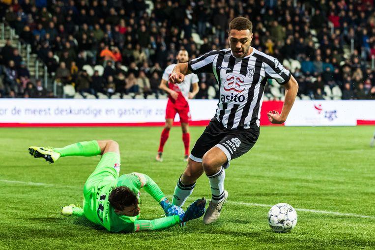 Eredivisie-topscorer en Heracles-spits Cyriel Dressers stuit op FC Utrecht-doelman Maarten Paes. Beeld BSR Agency
