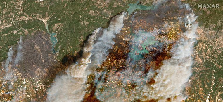 Satellietbeeld toont de bosbranden in het zuiden van Turkije. Beeld EPA