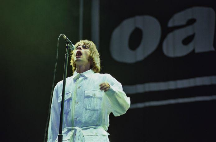Liam Gallagher op 10 augustus 1996, tijdens een van de twee legendarische concerten van Oasis in Knebworth.
