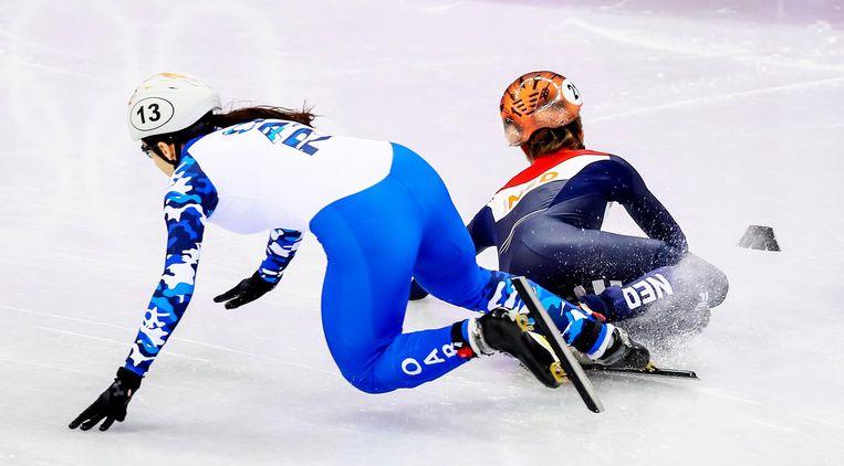 Yara van Kerkhof gaat onderuit tijdens de 1000m, maar toch gaat ze door naar de kwartfinales Beeld ANP