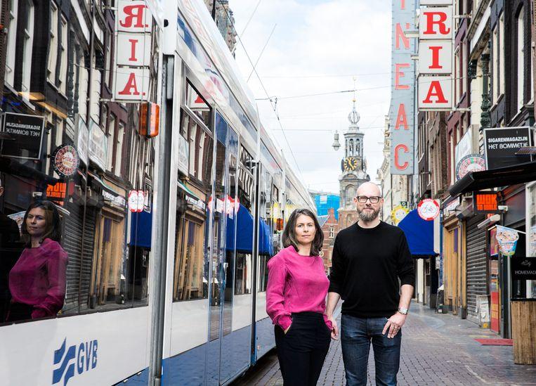 Eva van den Broek en Tim den Heijer, schrijvers van het boek Het bromvliegeffect. Beeld Anne van Gelder