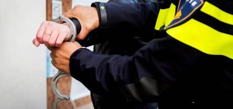 Man (22) uit Hengelo gearresteerd nadat hij drie winkels in Almelo probeert te overvallen