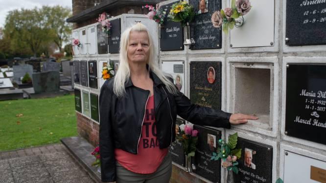 """Familie radeloos nadat onbekenden urne stelen op kerkhof: """"Wij willen onze broer terug"""""""