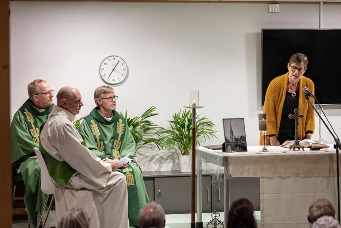 In de basisschool ter Does wordt na de grote kerkbrand voor het eerst een drukbezochte eucharistieviering gehouden.