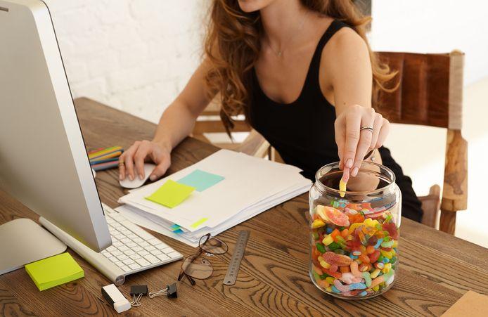 Foto ter illustratie. Uit onderzoek blijkt dat mensen meer eten uit een doorzichtige snoeppot, dan wanneer ze niet kunnen zien wat erin zit.