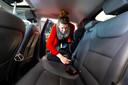 Marleen, moeder van drie jongens, aan de slag in de Hyundai Ioniq Electric. 'Hij rijdt heel smooth, maar een ideale gezinsauto is het niet'.