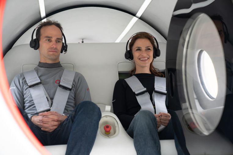 De eerste testers namens Virgin: technisch directeur Josh Giegel en directeur passagierservaring Sara Luchian. Beeld EPA