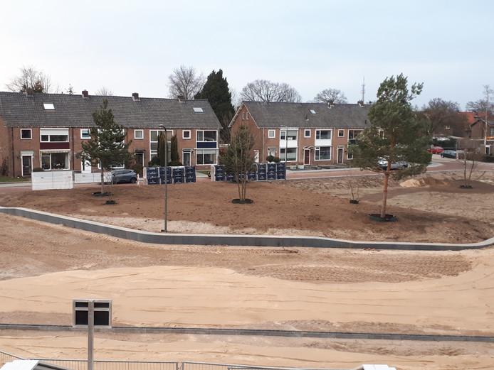 Een recente foto van het plein aan de noordkant van station Dieren. Straatmakers zijn inmiddels begonnen met het bestraten van het voorste gedeelte. Het achterste gedeelte blijft zo.