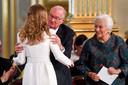 Albert en Paola keken de hele tijd ernstig voor zich uit. Pas wanneer Elisabeth hen kwam knuffelen, ontdooiden haar oma en opa even.