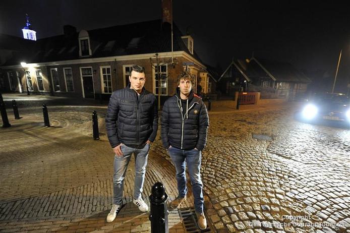 Mats Meenderink (rechts) samen met zijn kameraad Peter Hobbelink op plek van de aanrijding in Ootmarsum.