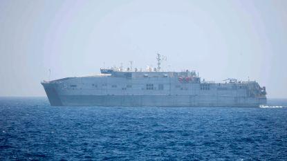 Opnieuw dobbert boot met geredde migranten rond op zee: Amerikaans marineschip wacht al twee dagen op instructies