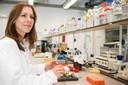 Onderzoekster Vivian Goerlich, met kwarteleitjes.