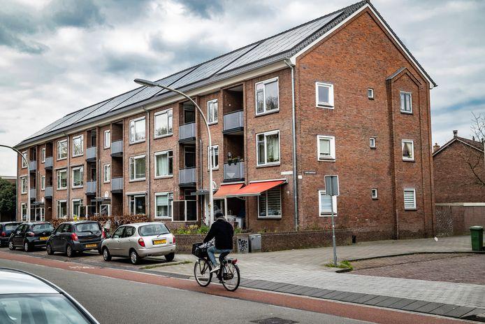 Het appartementencomplex aan de Ossenweerdstraat waar de man dood werd gevonden.