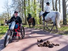 Miriam rijdt elke dag met rolstoel door paardenpoep: 'Het fietspad is niet voor paarden!'