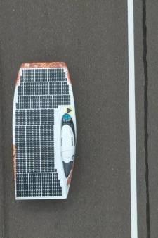 Nieuwste zonneauto Delfts Solar Team 'zeilt' over de weg