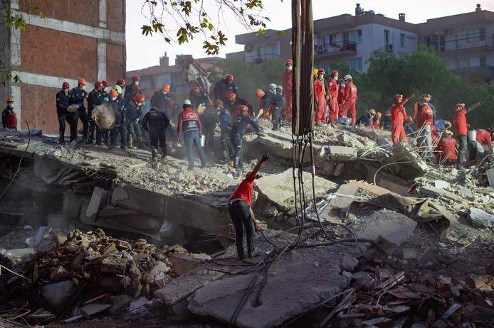 Opsporings- en reddingsteams aan het werk in Izmir.