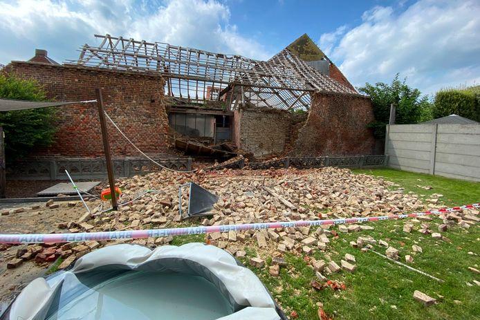 De verwrongen tuinzetel toont hoeveel geluk de eigenaar van het naast de bouwvallig schuur gelegen huis in de Bosstraat in Mere had.