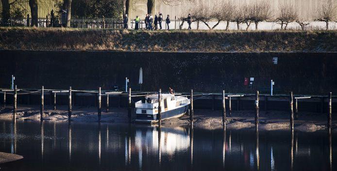Boten staan scheef door de lage waterstand bij watersportvereniging De Stuw in Grave.