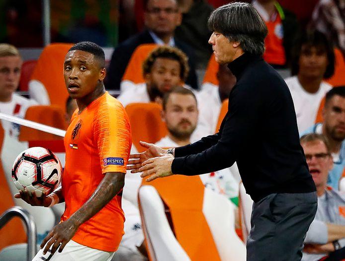 Joachim Löw in gevecht om de bal met Steven Bergwijn tijdens het duel met Oranje in de Nations League in 2018.