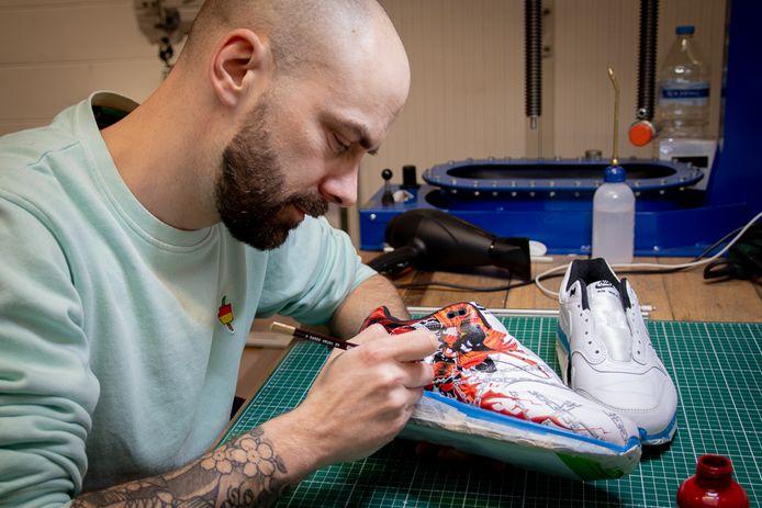 Tazz Customs in zijn atelier.