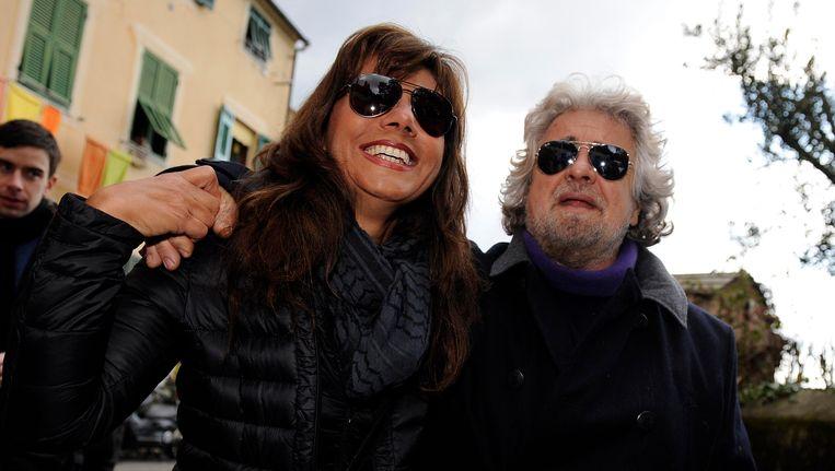 Beppe Grillo en zijn echtgenote Parvin Tadjik dit weekeinde op weg naar het stemlokaal. Beeld Reuters