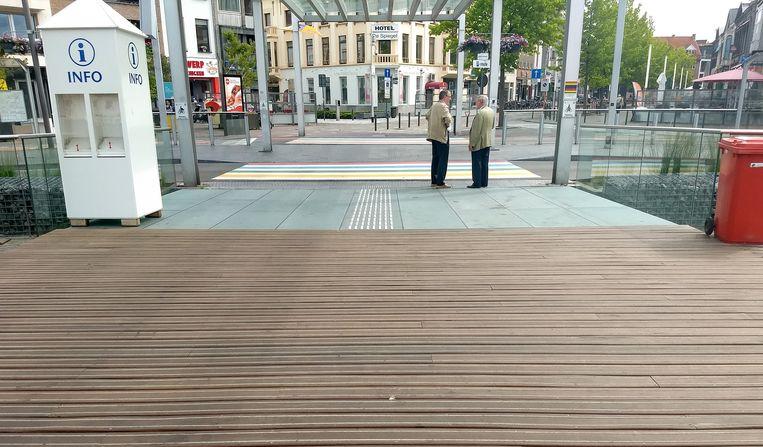 De vernieuwde oversteekplaatsen op de Grote Markt, met een glasvloer en houten planken waar niet meer over zou mogen worden uitgegleden.