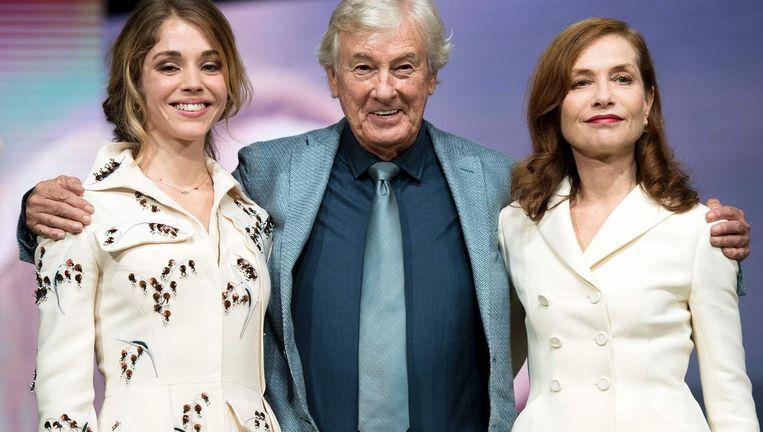 Paul Verhoeven met de Franse actrices Isabelle Huppert (rechts) en Alice Isaaz op het filmfestival in Marrakech. Beeld AFP