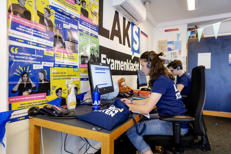 Vrijwilligers van de eindexamenklachtenlijn van scholierenorganisatie LAKS behandelen klachten over de centrale eindexamens die deze week zijn begonnen. Beeld ANP