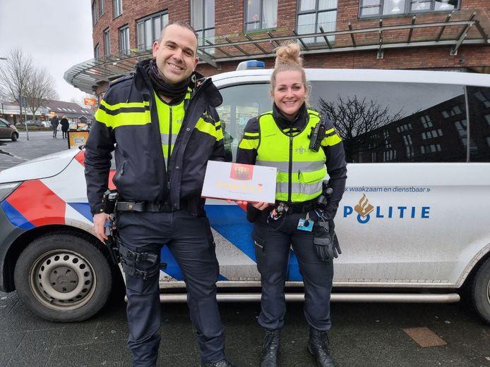 De agenten die paraat staan bij het winkelcentrum in de Hengelose Es hebben een presentje van het winkelend publiek gekregen.