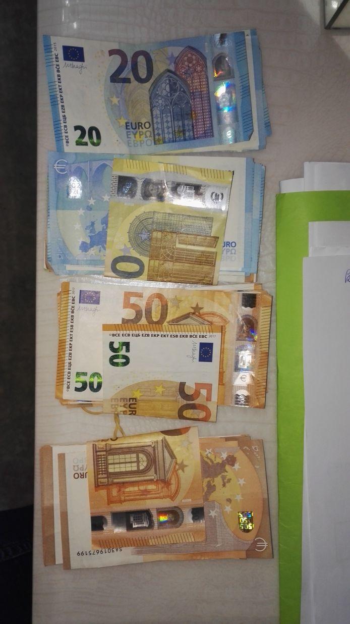 MECHELEN - Bij de huiszoekingen werd er een aanzienlijke hoeveelheid drugs en geld aangetroffen. Net zoals verschillende wapens en luxeproducten.