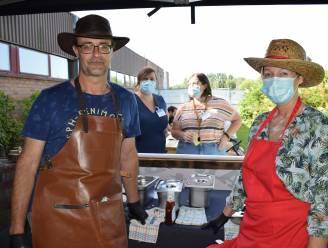 """'Hamburgers met een groot hart' voor vrijwilligers vaccinatiecentrum: """"Deze mensen verdienen een opkikker"""""""