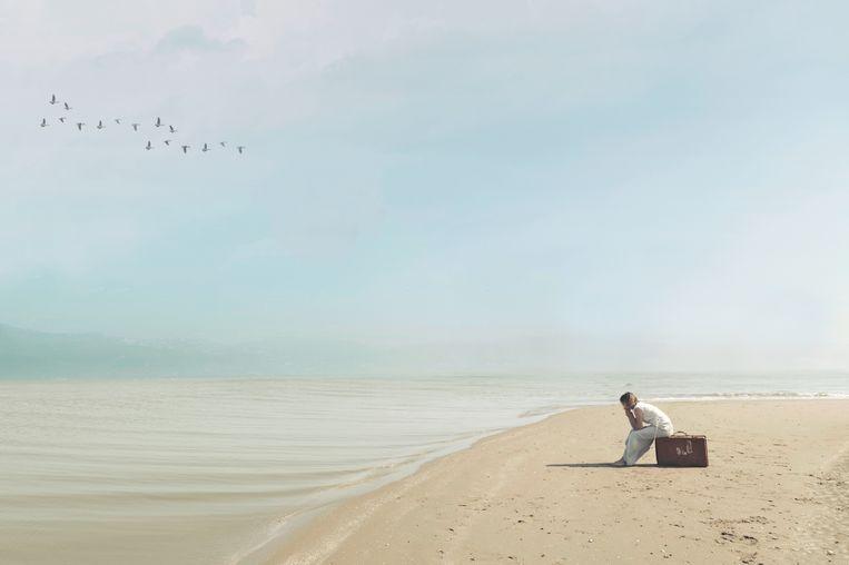 Woman sad beach Beeld Getty Images